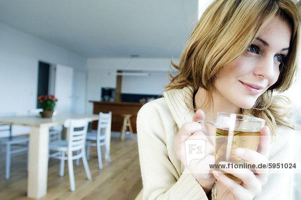 junge Frau junge Frauen Tasse halten Close-up Gewürz Tee