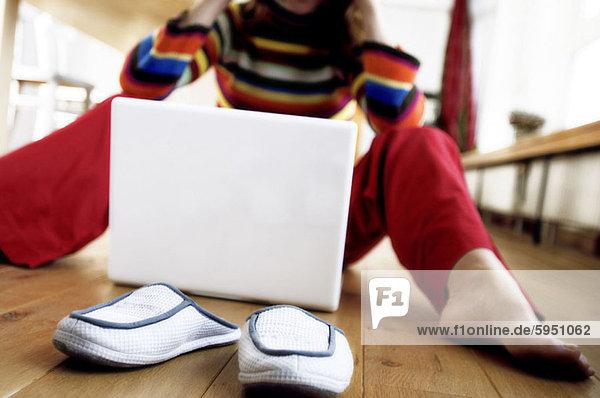 sitzend junge Frau junge Frauen benutzen Boden Fußboden Fußböden Notebook