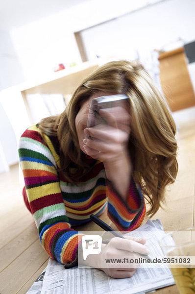 Handy junge Frau junge Frauen Finanzen halten frontal Kurznachricht Zeitung