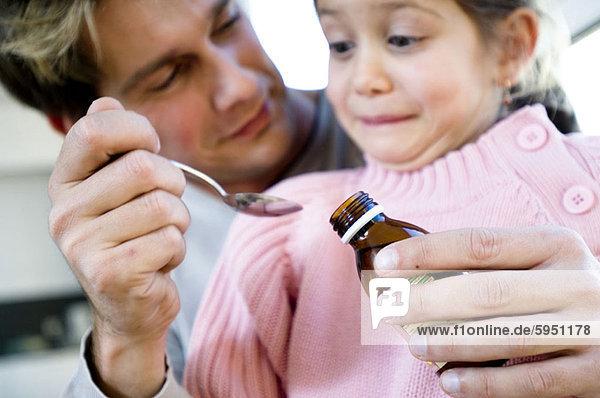geben  Menschlicher Vater  Close-up  close-ups  close up  close ups  Löffel  Tochter  Sirup