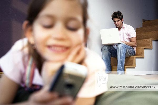 Handy  benutzen  Notebook  Menschlicher Vater  arbeiten  Hintergrund  Close-up  close-ups  close up  close ups  Kurznachricht  Mädchen