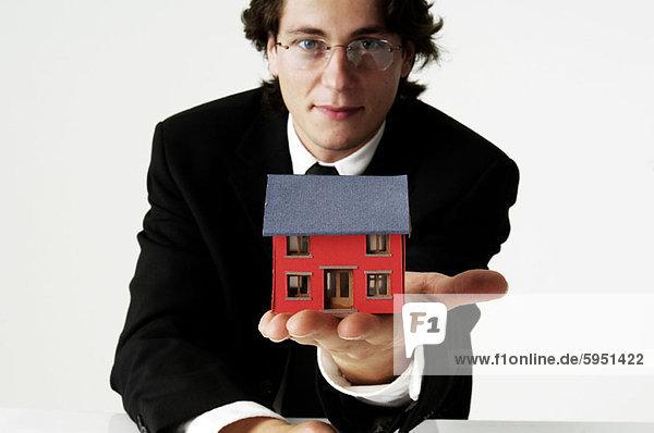 Portrait Geschäftsmann Wohnhaus Modell halten