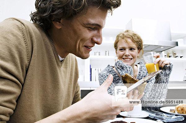 sitzend  jung  Tisch  Frühstück
