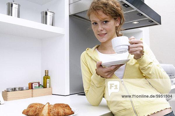 Portrait  Frau  Tasse  halten  jung  Tee