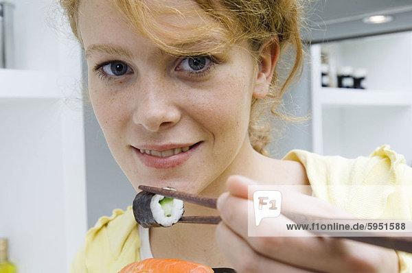 Portrait  Frau  Eßstäbchen  Sushi  Paar  Paare  jung  essen  essend  isst