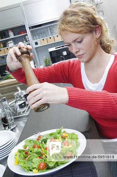 benutzen  Frau  über  Salat  Close-up  close-ups  close up  close ups  Teller  jung  Speisesalz  Salz