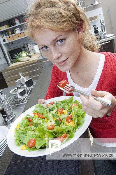 Portrait  Frau  Salat  jung  Gabel  essen  essend  isst
