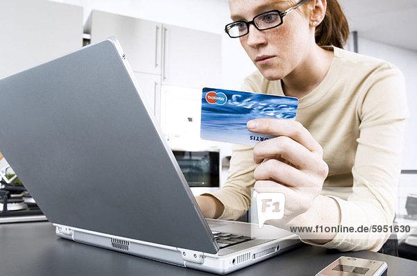 benutzen  Frau  Notebook  halten  Close-up  close-ups  close up  close ups  Kredit  jung  Kreditkarte  Karte