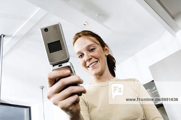 Handy  niedrig  Frau  lächeln  Kurznachricht  Ansicht  jung  Flachwinkelansicht  Winkel  handhaben