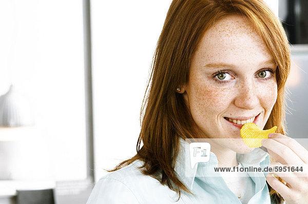 Portrait  Frau  jung  Kartoffel  essen  essend  isst
