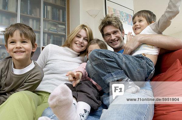 sitzend  Portrait  Menschliche Eltern  2  Tochter