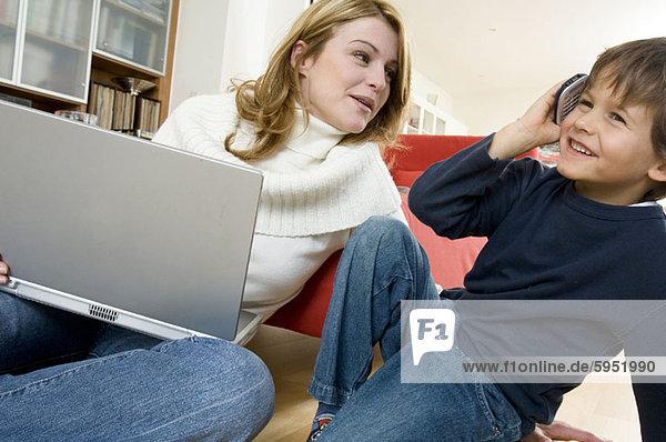 Handy  sitzend  nebeneinander  neben  Seite an Seite  sprechen  Sohn  Close-up  close-ups  close up  close ups  Kurznachricht  Mutter - Mensch