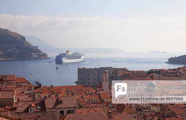 Dächer  Kreuzfahrt Schiff und die Insel Lokrum von Dubrovnik Altstadt Wände  Dubrovnik  Kroatien  Europa