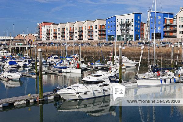 Am Wasser gelegen-Appartements und Luxus-Yachten in Albert Marina  St. Helier  Jersey  Kanalinseln  Großbritannien  Europa