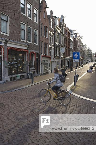 Am frühen Morgen Pendler auf einem Fahrrad  Amsterdam  Niederlande  Europa