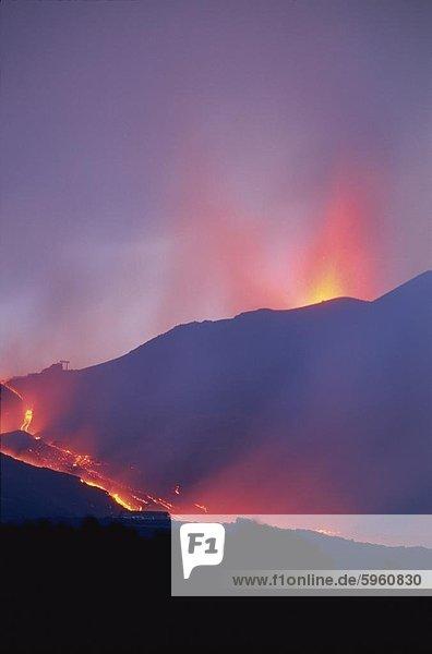 Lava fließt während der Eruption des Ätna  Sizilien  Italien  Europa