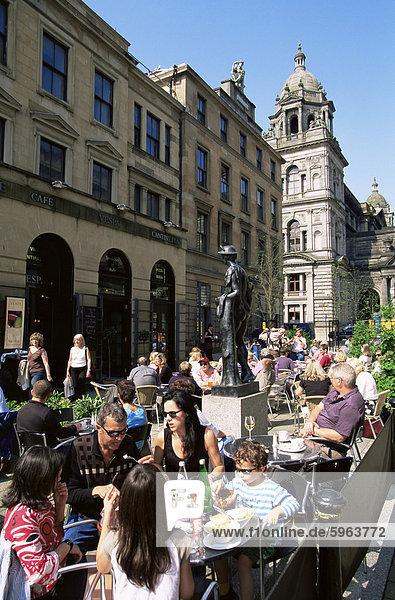 Leute sitzen in einem Café im Freien in Glasgow Stadt Centre  Schottland  Europa
