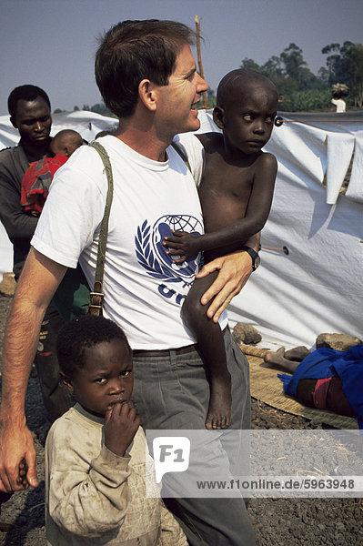 UNICEF-Vertreter mit Waisen  Goma  Zaire  Afrika