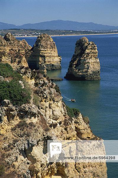 Meer-Stacks  Klippen und Felsformationen entlang der atlantischen Küste der Algarve  Portugal  Europa