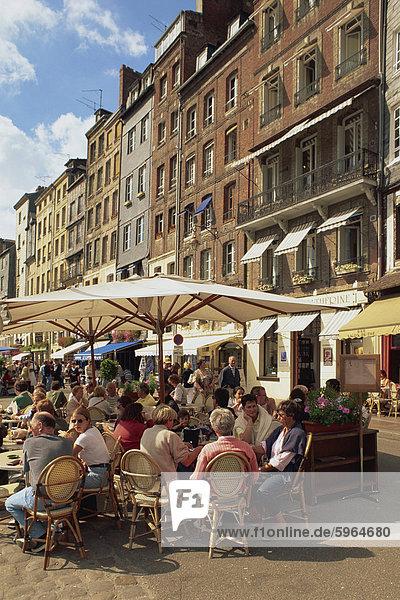 Touristen an Tischen im Hafengebiet Bürgersteig Cafés und Open-Air-Restaurants in der Stadt Honfleur  Basse-Normandie (Normandie)  Frankreich  Europa