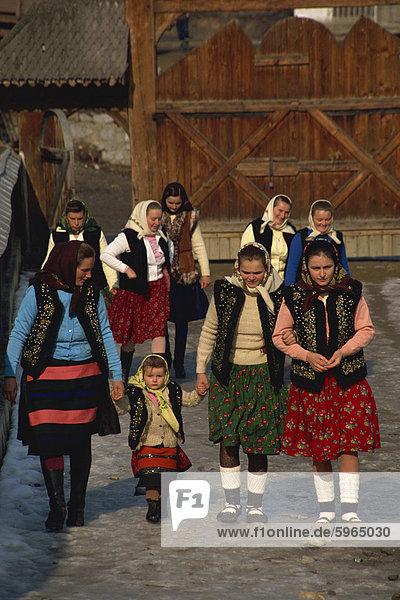 Gruppe von rumänischen Frauen und Kinder in traditioneller Kleidung außerhalb der Kirche in Bottiza  Rumänien  Europa