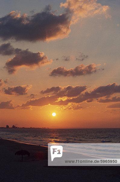 Sonnenuntergang über dem Meer in Varadero auf Kuba,  Westindische Inseln,  Karibik,  Mittelamerika