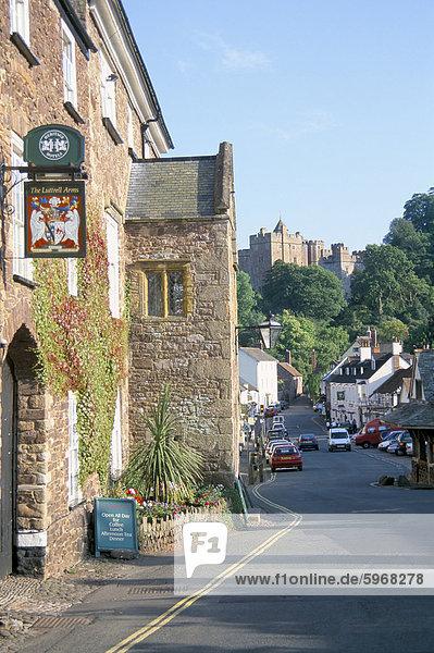 Luttrell Arms Hotel und Dunster Castle jenseits  Dunster  Somerset  England  Vereinigtes Königreich  Europa