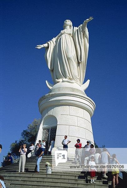 Touristen unterhalb eine Statue der Jungfrau Maria  Cerro San Cristobal  Santiago  Chile  Südamerika