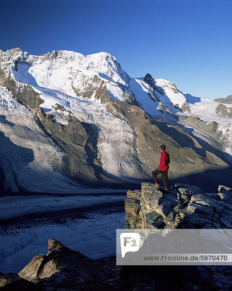 Wanderer und Blick auf das Breithorn und Breithorn Gletscher  Gomergrat  Zermatt  Wallis  Schweiz  Europa
