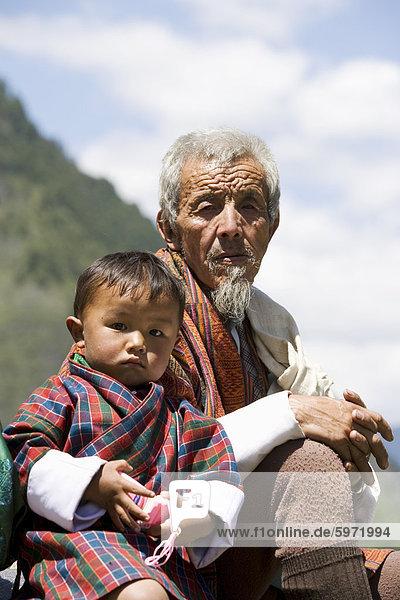 Alte Mann und kleiner Junge buddhistische Festival (Tsechu)  Haa-Tal  Bhutan  Asien