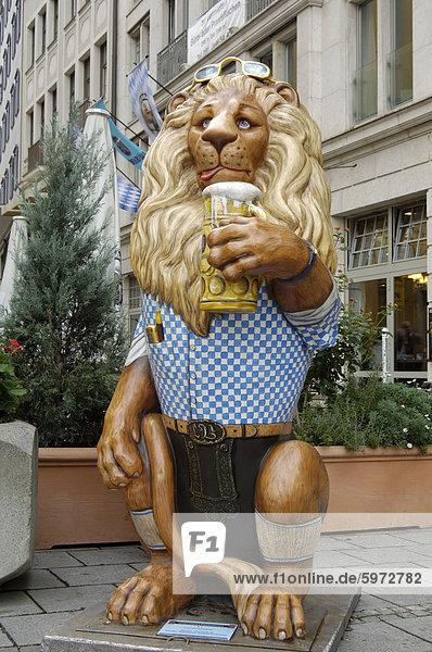 Munchner Lowenparade (Munich-Lion-Parade)  einer viele bunt bemalte Statuen von Löwen zu finden in der ganzen Stadt  München (Bayern)  Deutschland  Europa