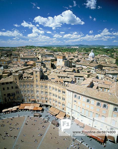 Blick über die Dächer von Torre Mangia in Piazza del Campo  Siena  Toskana  Italien  Europa
