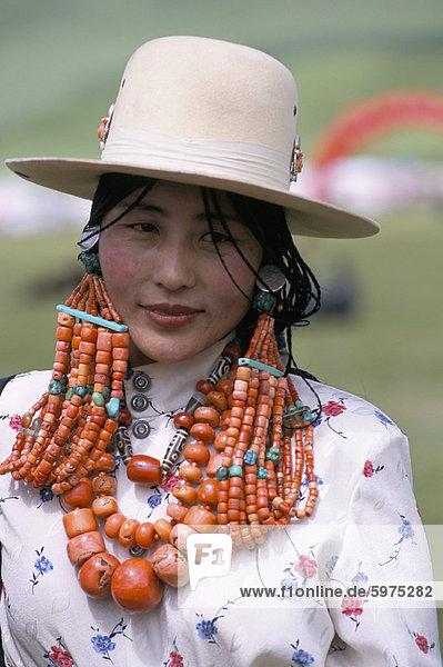 Porträt einer tibetischen Frau Schmuck in der Nähe von Maqen  Provinz Qinghai  China  Asien