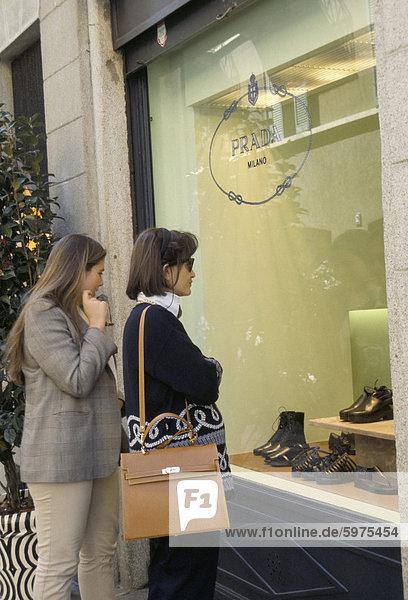 Fensterladen  Prada  Via della Spiga  Modeviertel  Mailand  Lombardei  Italien  Europa