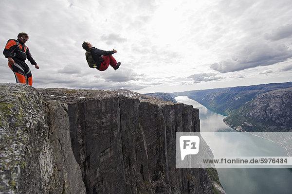 Base springen auf Lyseboten  Lysefjord  Norwegen  Skandinavien  Europa