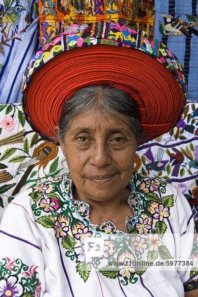 Indigene indische Frau in traditionellen Bluse (Huipiles)  mit einem Hut bezeichnet eine xk'ap  Santiago Atitlan  Lake Atitlan  Guatemala  Zentralamerika