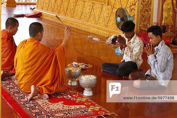 Buddhistische Zeremonie in eine kambodschanische Pagode  Siem Reap  Kambodscha  Indochina  Südostasien  Asien