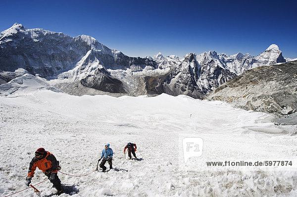 Bergsteiger auf einer Eiswand  Island Peak 6189m  Solu Khumbu-Everest-Region  Sagarmatha-Nationalpark  Himalaya  Nepal  Asien