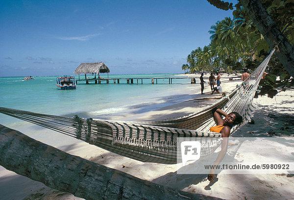Hängematte am Strand  Tobago  Antillen  Karibik  Mittelamerika