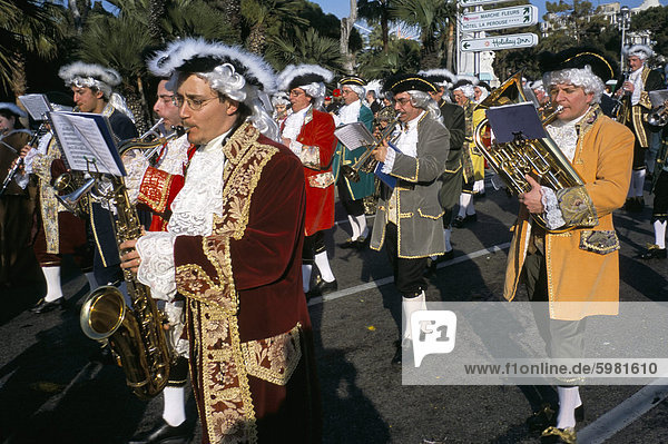Musiker in der Parade  Schlacht von Blumen  Karneval  Promenade des Anglais  Nizza  Alpes-Maritimes  Provence  Frankreich  Europa