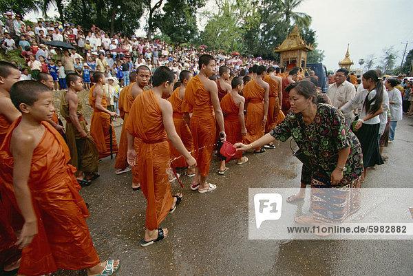 Mönche  Water Festival Parade  Luang Prabang  Laos  Indochina  Südostasien  Asien
