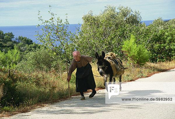 Alte Dame mit Esel  Insel Mljet  Kroatien  Europa