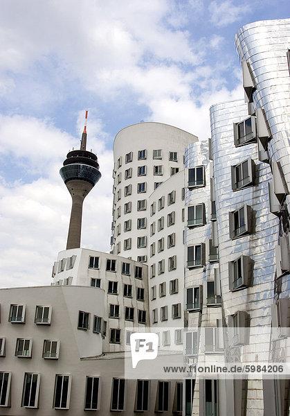 Der Bau Neuer Zollhof von Frank Gehry im Medienhafen (Media Harbour)  Düsseldorf  Nord Rhein Westfalen  Deutschland  Europa Der Bau Neuer Zollhof von Frank Gehry im Medienhafen (Media Harbour), Düsseldorf, Nord Rhein Westfalen, Deutschland, Europa