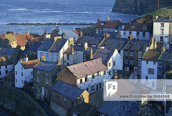Blick über die Dächer von den Fischen Dorf Staithes  North Yorkshire  England  Großbritannien  Europa