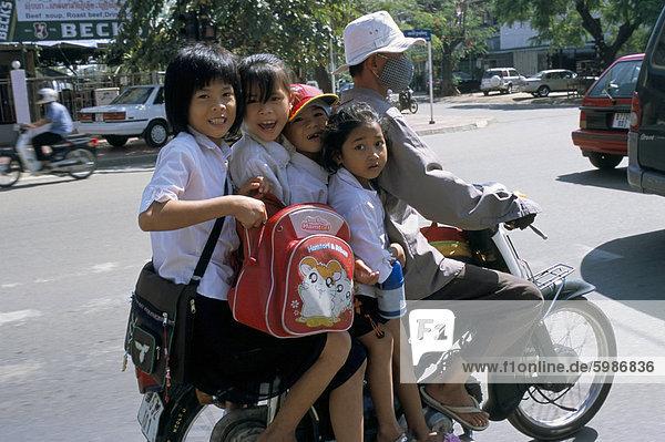 Phnom Penh Hauptstadt Kickboard Südostasien Vietnam Asien Kambodscha