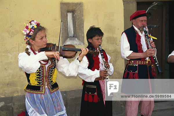 Folk-Gruppe als Straßenmusikant in Rynek Glowny  Krakau  Makopolska  Polen  Europa