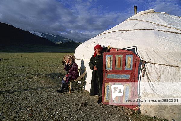Zwei Frauen außerhalb einer Ger (Jurte)  Camp Kasachisch  Chowd Gol-Tal  Bajan-Ölgii  Mongolei  Zentralasien  Asien