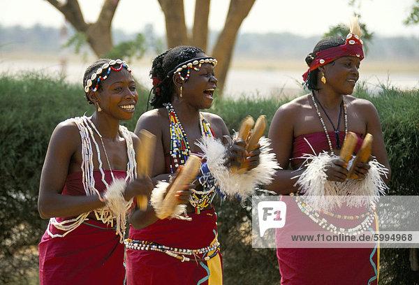 Tänzer am Flughafen  das Gambia  Westafrika  Afrika