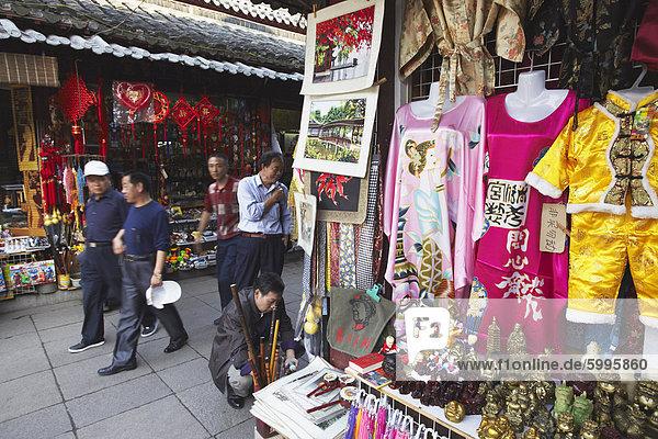 Menschen zu Fuß vorbei an Souveniers Ständen  Fuzi Miao-Bereich  Nanjing  Jiangsu  China  Asien