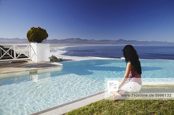 Südliches Afrika Südafrika Frau Entspannung Beckenrand Hotel Bucht